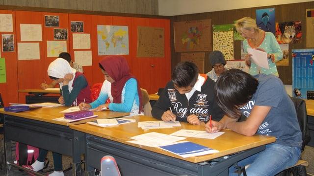 Ausländische Schülerinnen (mit Kopftuch) und Schüler beim Deutschunterricht.