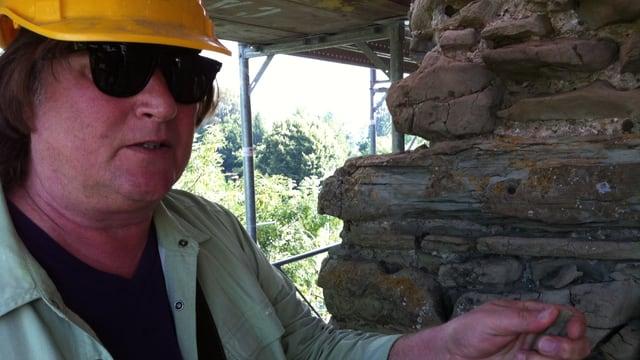 Architekt Iwan Bühler kontrolliert Sandstein des Turms.