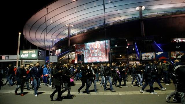 Die Besucher verlassen nach dem Länderspiel das Stadion Saint-Denis.