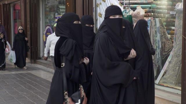 Frauen auf offener Strasse in Jeddah.
