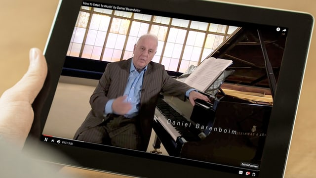 Ein Bild von Daniel Barenboim auf einem Ipad.