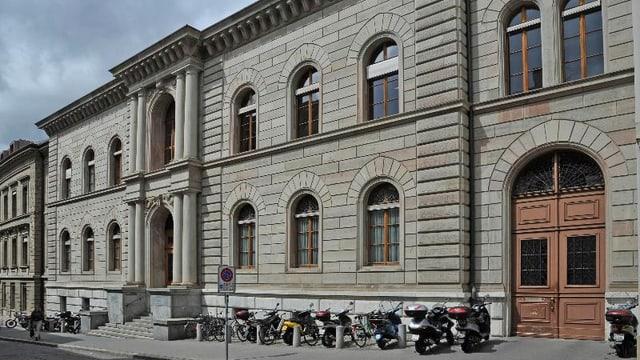 Das Zivilgericht, davor parktierte Velos und Motorräder