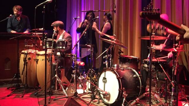 Eine Band auf einer Bühne.