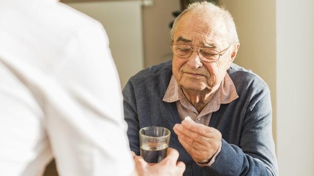 Senior nimmt Pille