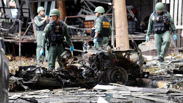 Wracks von Fahrzeugen nach Bombenanschlag