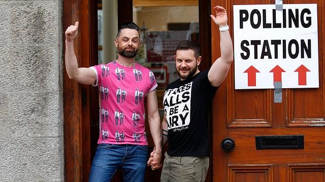 In pèr omosexual suenter ch'el è stà a votar.