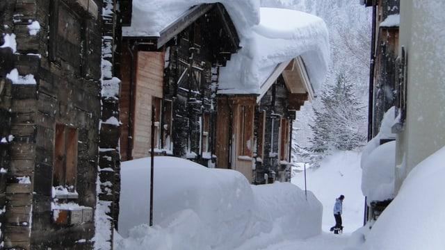 Eingeschneite Holzhäuser im Goms im Januar 2012.