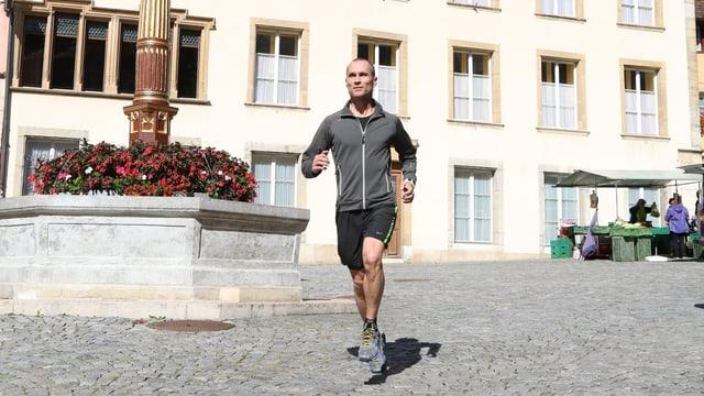 Mann läuft durch Stadtzentrum von Biel