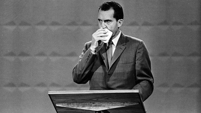 Richard Nixon wischt sich das Gesicht ab.