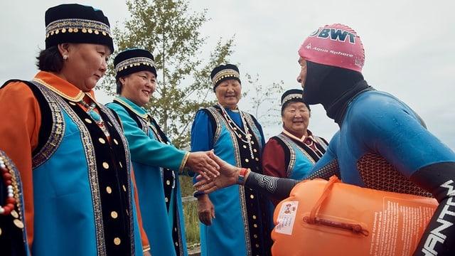 Ernst Bromeis grüsst einheimische Frauen am Baikalsee