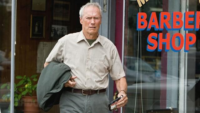 Ein Mann vor einem Barber Shop-