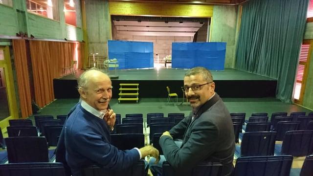 Gion Tschuor (san., cumponist e reschissur) ed Alberto Palaia (president comité d'organisaziun) sa legran sin il musical.