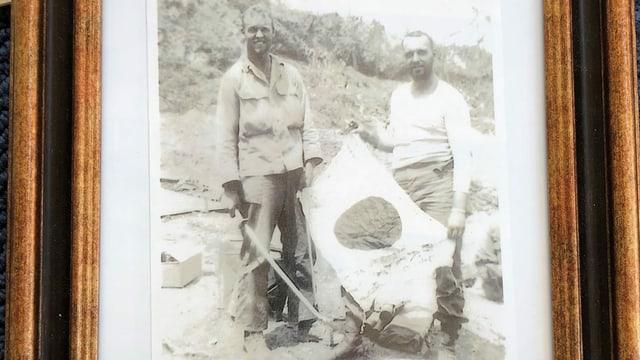 Zwei Männer posieren mit der Flagge Japans.