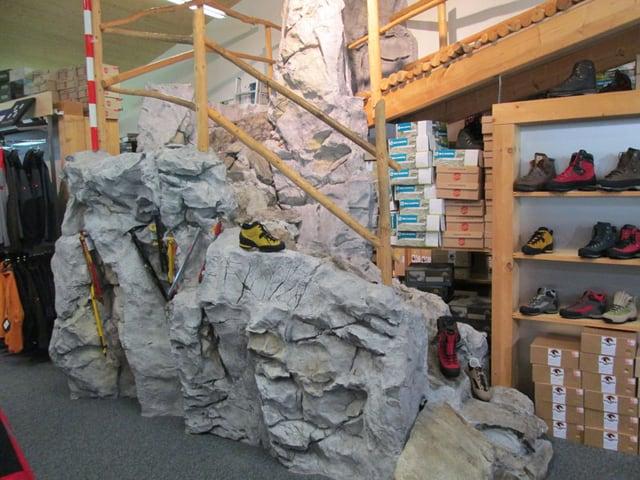 Felsengebilde in einem Wanderschuh-Laden