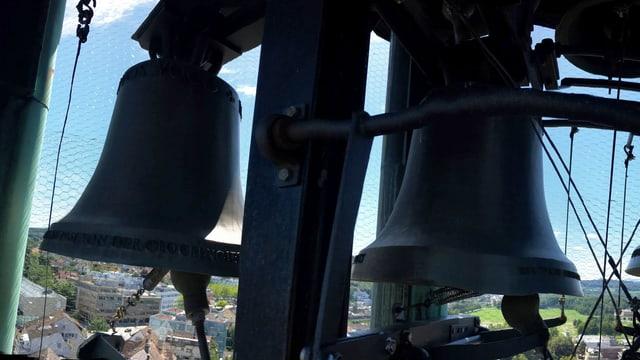 Glocken in einem Turm über einer Stadt.