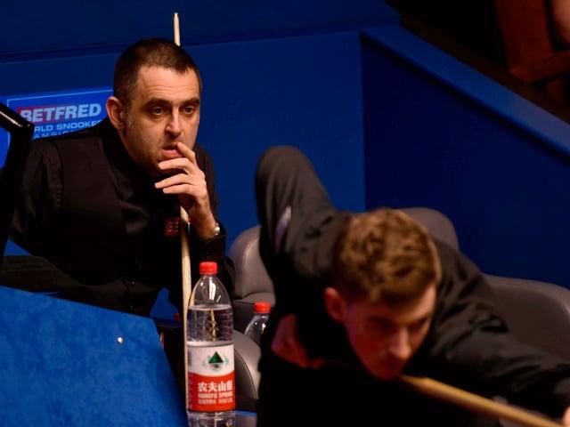 Ronnie O'Sullivan hat gegen den jungen Amateur James Cahill das Nachsehen.