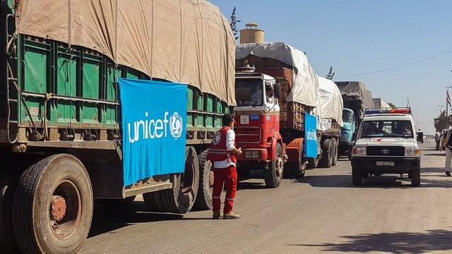 Lastwagen mit der Flagge von Unicef.
