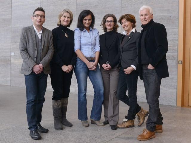 Gruppenbild mit sechs stehenden Personen.
