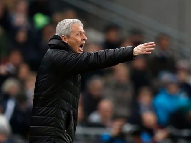 Der Schweizer BVB-Trainer Lucien Favre gibt Anweisungen.