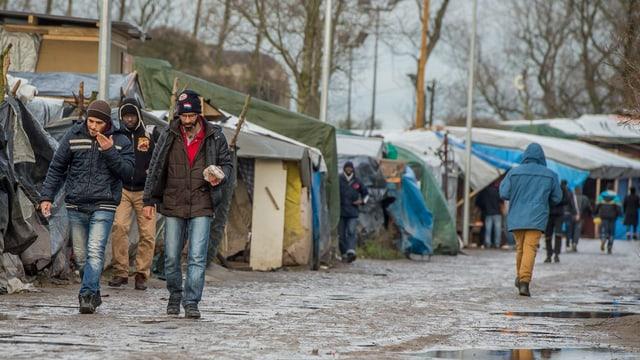 In champ da fugitivs illegal a Calais - ils fugitivs han mess si tendas e baraccas