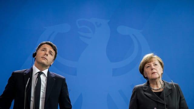 Porträt eines Mannes und einer Frau nebeneinander stehend.