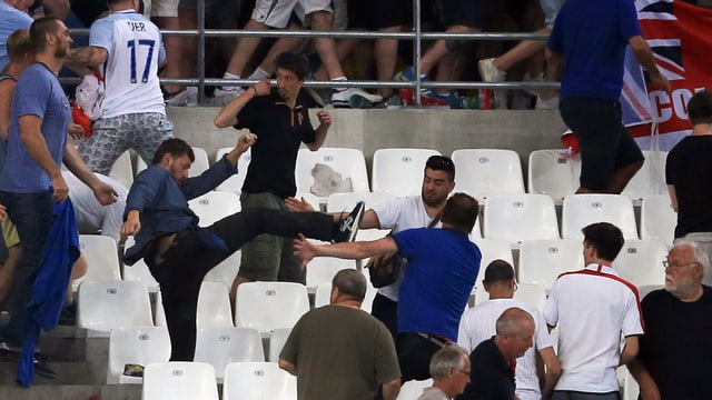 Fussball Fans prügeln.