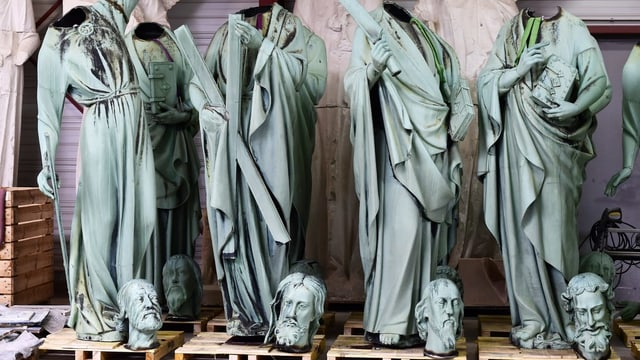 Kopflose Statuen, die Köpfe davor aufgestellt