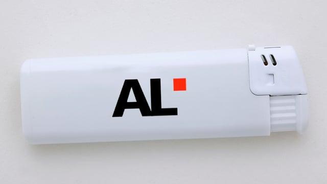 Ein Feuerzeug mit dem Logo der AL