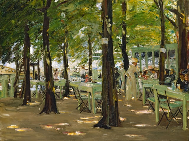 Ein Gemälde zeigt Tische und Stühle zwischen Bäumen, durch die die Sonne dringt.