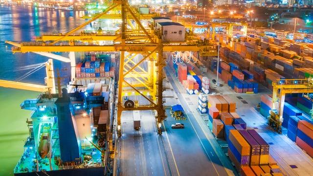 Hafen bei Nacht, Verladung von Containern