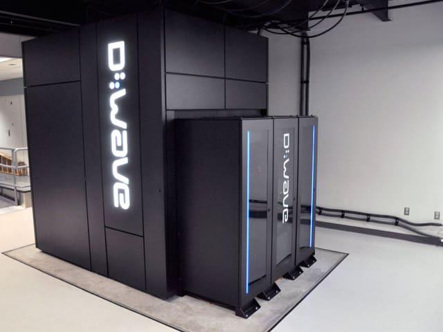 Ein D-Wave Two Computer steht in den kargen Räumlichkeiten der NASA.