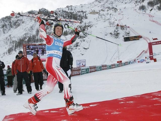 Am 13. Dezember gewinnt Hirscher im Alter von 20 Jahren mit dem Riesenslalom von Val d'Isère sein erstes Weltcuprennen.