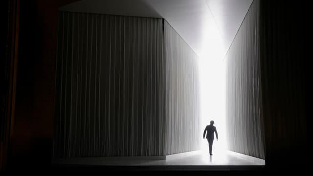 Belmonte im Gegenlicht auf der Opernbühne.