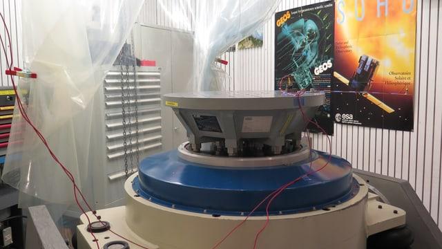 Bild des sogenannten Shakers: Ein Gerät mit einer Platte, auf der die Messgeräte auf Vibrationen getestet werden.