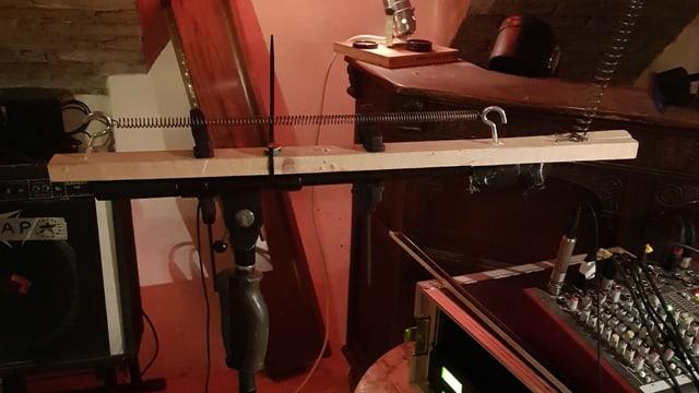 Dieses Instrument aus Holz und Draht erzeugt alle Geräusche, die man für einen guten Horrorfilm braucht.