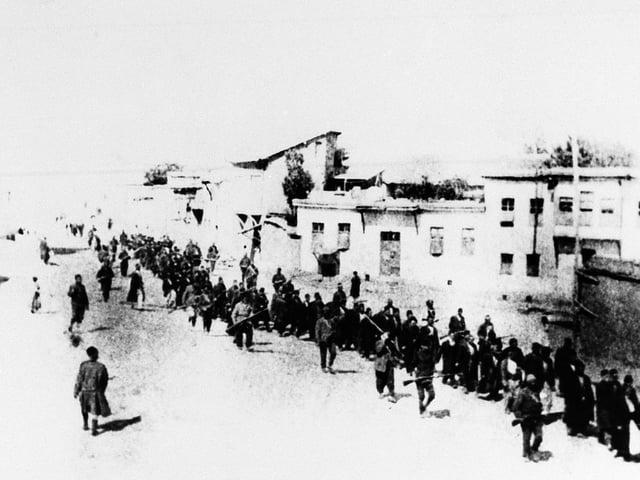 Gefangene Armenier laufen in einer Kolonne