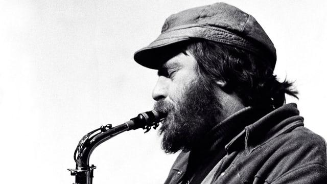 Phil Woods (s/w-Aufnahme), am Saxophon, mit Vollbart und einer Mütze wie Che Guevara, seitliche Aufnahme.