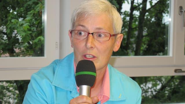 Claudia Künzi Während der Diskussion mit Mikrofon.