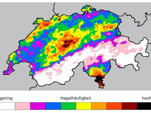 Eine Schweizerkarte, die farbig eingefärbt ist. Im Süden und auf der Alpennordseite ist es sehr farbig, die Alpen sind eher weiss mit weniger Hagel. Eine Analyse befindet sich im Text.