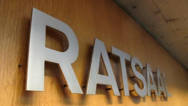"""Vor dem Eingang zum Saal stehen """"Ratssaal"""""""