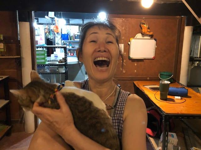 Chiyoko Yamaguchi mit einer Katze im Arm