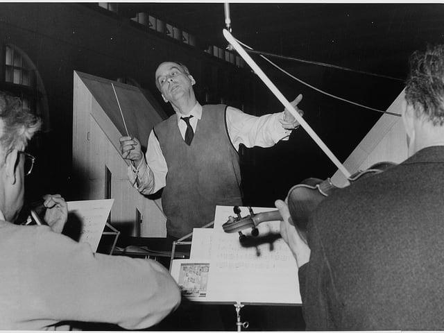 Sicht vom Orchester aus auf den Dirigenten Dumont.