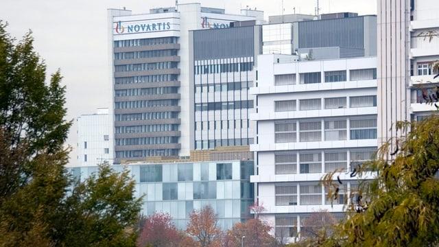 Die Fassade der Novartis mit Firmen-Logo