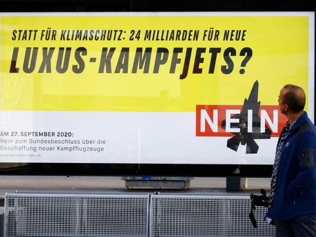 Ein Plakat der Gegner der Kampfjetabstimmung am 27. September 2020. Aufgenommen an einem Bahnhof.