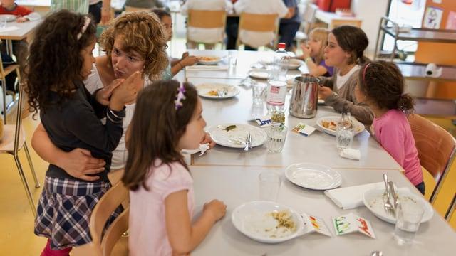 Kinder nach dem Essen in einem Hort.