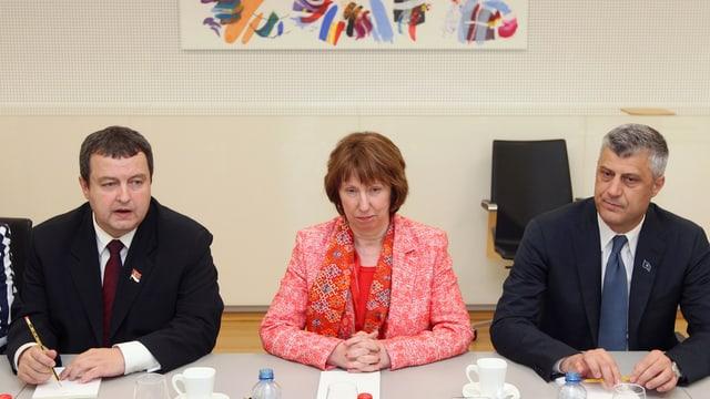 Ivica Dacic, Catherine Ashton und  Hashim Thaci sitzen an einem Tisch.