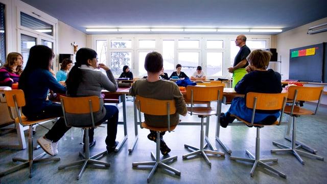 Schüler in einem Klassenzimmer mit einem Lehrer
