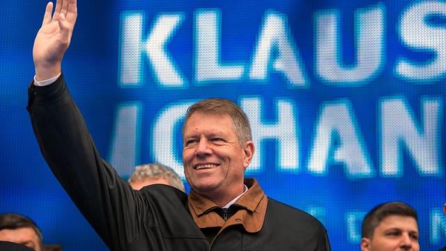Klaus Johannis winkt auf einer Wahlveranstaltung.
