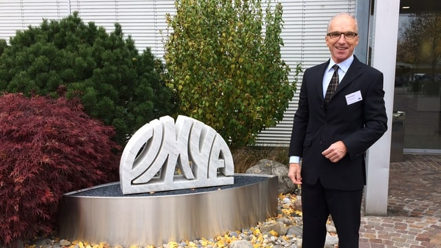 Mann und Omya-Logo