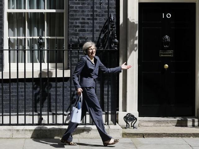 Theresa May auf dem Weg in den Regierungssitz